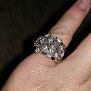 Jewelry - Fashion Ring w Faux diamonds